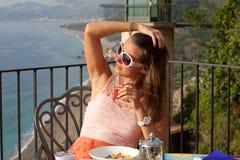 Piękna kobieta na wakacje w Sicily fotografia royalty free
