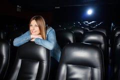Piękna kobieta Opiera Na Seat Przy Kinowym teatrem Zdjęcia Stock