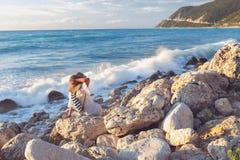 Piękna kobieta patrzeje morze z kapeluszem Obraz Royalty Free