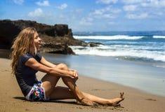 Piękna kobieta patrzeje ocean Obrazy Royalty Free
