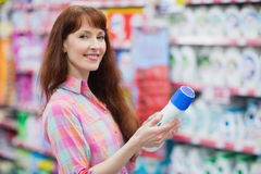 Piękna kobieta pozuje z detergentem Obrazy Stock
