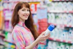 Piękna kobieta pozuje z detergentem Zdjęcia Royalty Free