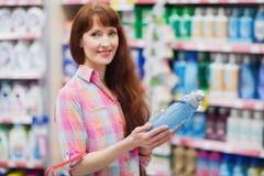 Piękna kobieta pozuje z detergentem i zakupy koszem Fotografia Stock