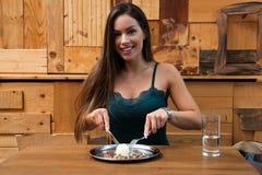Piękna kobieta przy lunchem Zdjęcie Royalty Free