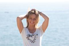 Piękna kobieta przy morzem Fotografia Royalty Free