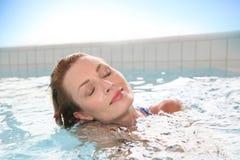 Piękna kobieta relaksuje w zdroju Zdjęcie Stock