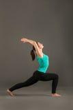 Piękna kobieta robi joga bohatera pozie Obrazy Stock