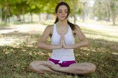 Piękna kobieta robi joga przy parkiem Zdjęcie Royalty Free