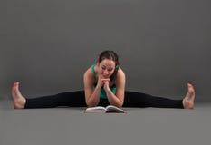 Piękna kobieta robi joga upavishta konasana Zdjęcia Royalty Free