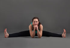 Piękna kobieta robi joga upavishta konasana Obrazy Stock