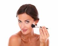Piękna kobieta stosuje twarzowego opieka produkt Obrazy Stock