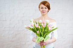 Piękna kobieta trzyma bukiet tulipany Zdjęcie Royalty Free