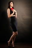 Piękna kobieta trzyma czerwonego serce na czerni Fotografia Royalty Free