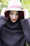 Piękna kobieta trzyma dalej jej kapelusz Zdjęcie Royalty Free