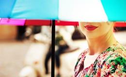 Piękna kobieta trzyma kolorowego parasol Obraz Royalty Free