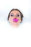 Piękna kobieta utrzymuje lelui w usta Obrazy Stock
