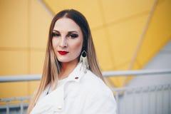 Pi?kna kobieta w biel ubraniach z cudownym makeup obraz stock