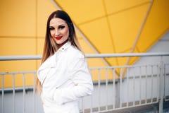 Pi?kna kobieta w biel ubraniach z cudownym makeup obrazy stock