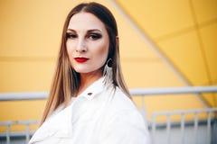 Pi?kna kobieta w biel ubraniach z cudownym makeup zdjęcia royalty free