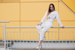 Pi?kna kobieta w biel ubraniach z cudownym makeup zdjęcie royalty free