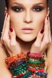 Piękna kobieta w bransoletkach Zdjęcia Royalty Free