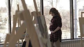 Pi?kna kobieta w ci??y stoi blisko okno w studiu zbiory wideo