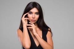 Piękna kobieta W czerni sukni portrecie fotografia stock