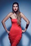Piękna kobieta w czerwieni sukni fotografia stock