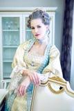 Piękna kobieta w dziejowej sukni w baroku stylu w inte Zdjęcia Stock