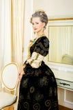 Piękna kobieta w dziejowej sukni w baroku stylu w inte Fotografia Stock