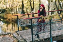 Piękna kobieta w jesieni Zdjęcie Stock