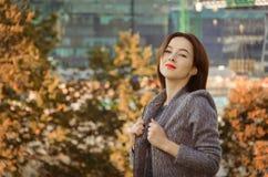 Piękna kobieta w jesieni miasta parku Fotografia Royalty Free