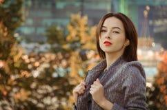 Piękna kobieta w jesieni miasta parku Obrazy Royalty Free