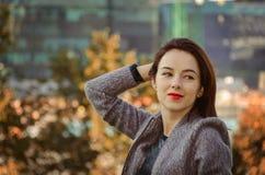 Piękna kobieta w jesieni miasta parku Zdjęcie Stock