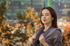 Piękna kobieta w jesieni miasta parku Obraz Stock