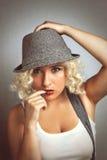 Piękna kobieta w kapeluszu z czerwonymi wargami, biznesu styl Zdjęcia Stock