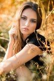Piękna kobieta w polu przy zmierzchem Obrazy Stock