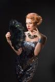 Piękna kobieta w rocznika stylu sukni mienia fan pawi piórka Obraz Royalty Free