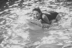 Piękna kobieta w wodzie z zielonym Nadmuchiwanym krokodylem Zdjęcia Royalty Free