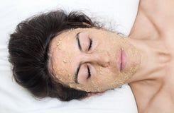 Piękna kobieta w zdroju robi twarzy maski traktowaniu obraz royalty free