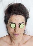 Piękna kobieta w zdroju robi twarzy maski traktowaniu zdjęcie stock