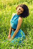 Piękna kobieta w zielonej trawie Obraz Royalty Free