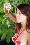 Piękna kobieta w zielonych wellnes Zdjęcie Royalty Free