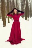 Piękna kobieta w zima lesie Fotografia Royalty Free