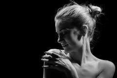 Piękna kobieta w zmroku Fotografia Royalty Free