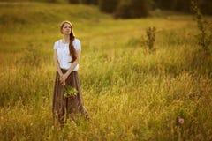 Piękna kobieta z bukietem kwiaty Obraz Stock