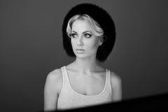 Piękna kobieta z futerkowym kapeluszem Zdjęcia Stock