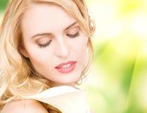 Piękna kobieta z kalia kwiatem Obraz Royalty Free