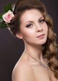 Piękna kobieta z kwiatami na ona kierownicza Obrazy Royalty Free