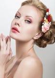 Piękna kobieta z kwiatami na ona kierownicza Zdjęcie Royalty Free